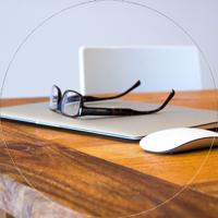 Computer und Maus auf Tisch